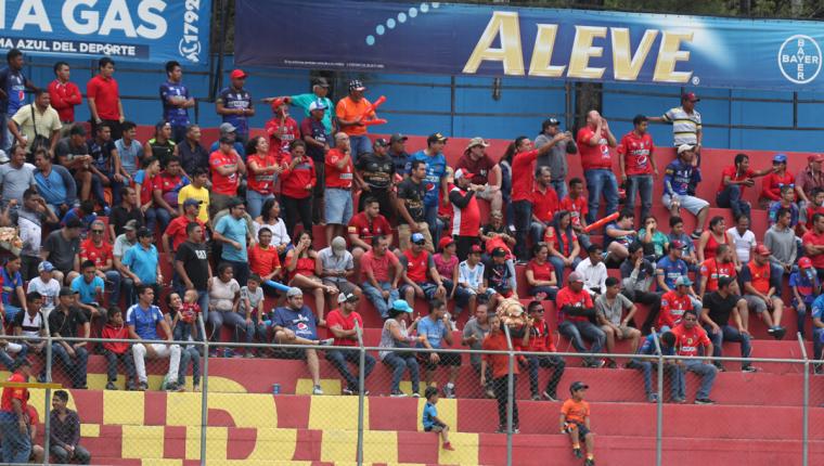La afición de Municipal fue la que más asistió a los escenarios el fin de semana, en la fecha cinco del Apertura. (Foto Prensa Libre: Carlos Vicente)