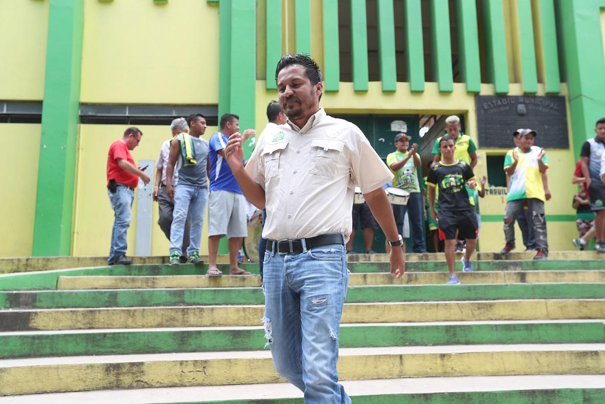 El estratega guatemalteco Amarini Villatoro a su salida del estadio David Cordón Hichos. (Foto Prensa Libre: Edwin Fajardo)