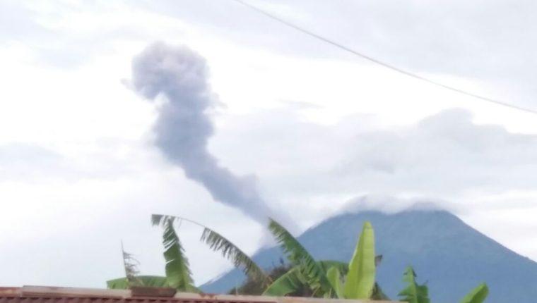 Humo generado por explosiones en el Volcán de Fuego son divisadas desde varios puntos en Chimaltenango. (Foto Prensa Libre: Víctor Chamalé)