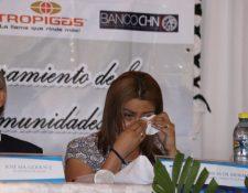 Patricia de Morales llora durante entrega de cuentas bancarias y estufas. (Foto Prensa Libre: Héctor Cordero)