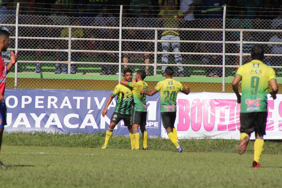 Los jugadores de Guastatoya, festejan la anotación de Odir Flores, el segundo de los locales. (Foto Prensa Libre. Hugo Oliva)