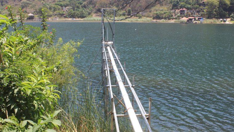 Los mecanismos para la extracción de agua se pueden observar en el Lago de Atitlán.(Foto Prensa Libre: Ángel Julajuj)