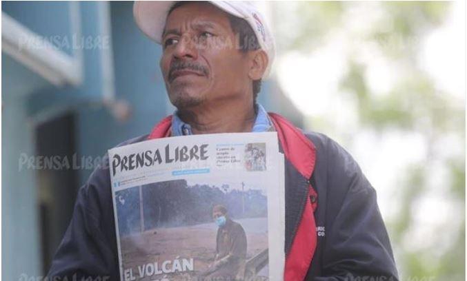 Jorge Hernández brinda detalles de la vida de su padre Concepción Hernandez, quien murió en la tragedia que originó el Volcán de Fuego. (Foto Prensa Libre: Érick Ávila)