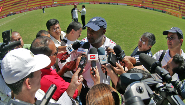 El técnico costarricense Hernán Medford siempre se ha mantenido en la mira de los medios de comunicación. (Foto Prensa Libre: Hemeroteca PL)