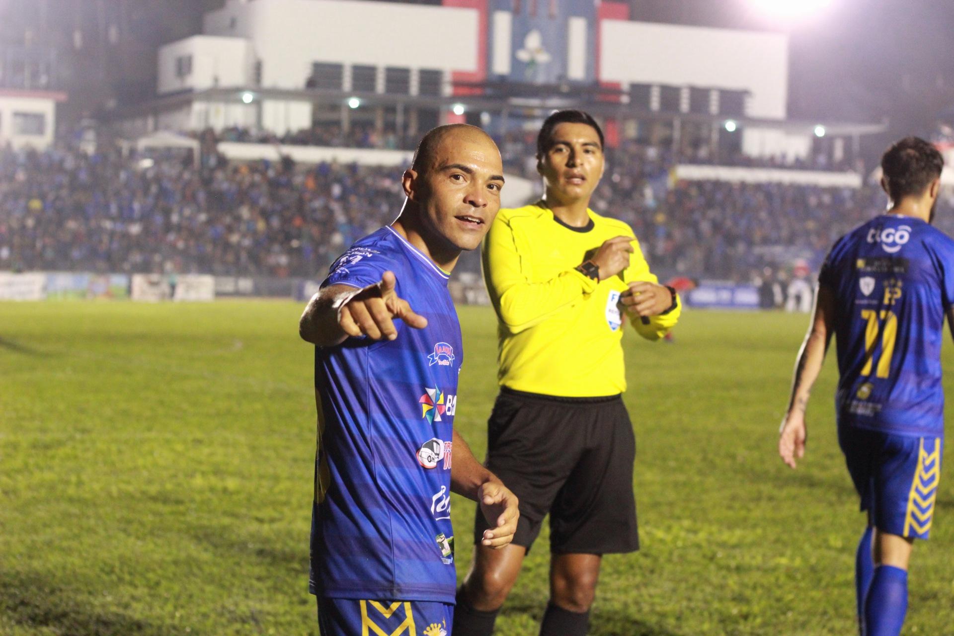 Janderson Pereira sentenció el partido contra los rojos. (Foto Prensa Libre: Eduardo Sam)