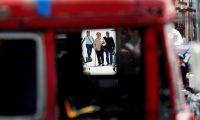 """AME584. CIUDAD DE GUATEMALA (GUATEMALA), 21/01/2019.- Personas se acercan a las inmediaciones del lugar donde este lunes se produjo la detonación de una granada en un autobús de pasajeros, en Ciudad de Guatemala (Guatemala). Como """"fortuita"""" calificó el Gobierno de Guatemala la detonación de un artefacto en un autobús de pasajeros este lunes que dejó seis heridos, incluida la supuesta pandillera que llevaba el explosivo. El ministro de Gobernación (Interior), Enrique Degenhart, explicó en una conferencia de prensa que no era una granada de fragmentación sino un artefacto de fabricación casera que la mujer transportaba para amenazar al chófer como parte del cobro de una extorsión. EFE/Esteban Biba"""