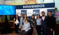 Doña Isabel Gutiérrez de Bosch, presidenta de la Fundación Juan Bautista Gutiérrez, junto a algunos de los jóvenes que han sido beneficiados con becas universitarias. (Foto Prensa Libre: Eslly Melgarejo).