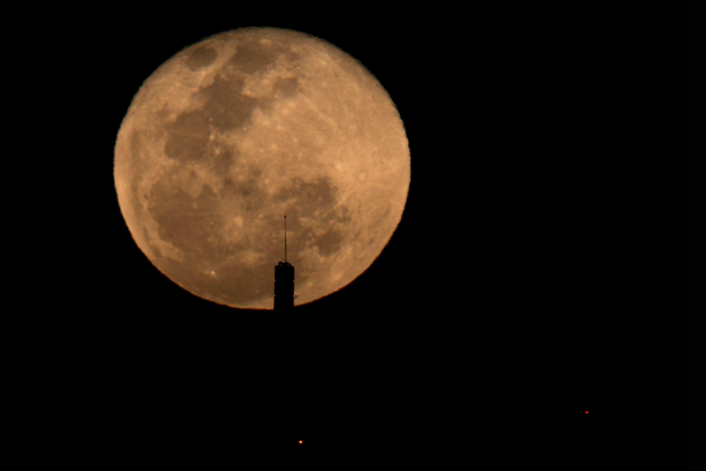 Una nueva superluna se desarrollará este martes (Foto Prensa Libre: EFE).