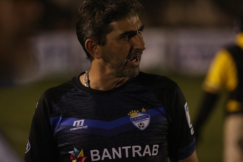 El entrenador de Cobán Imperial, Fabricio Benítez, dice que tendrán que dosificarse bien para cumplir en los dos torneos. (Foto Prensa Libre: Eduardo Sam Chun)