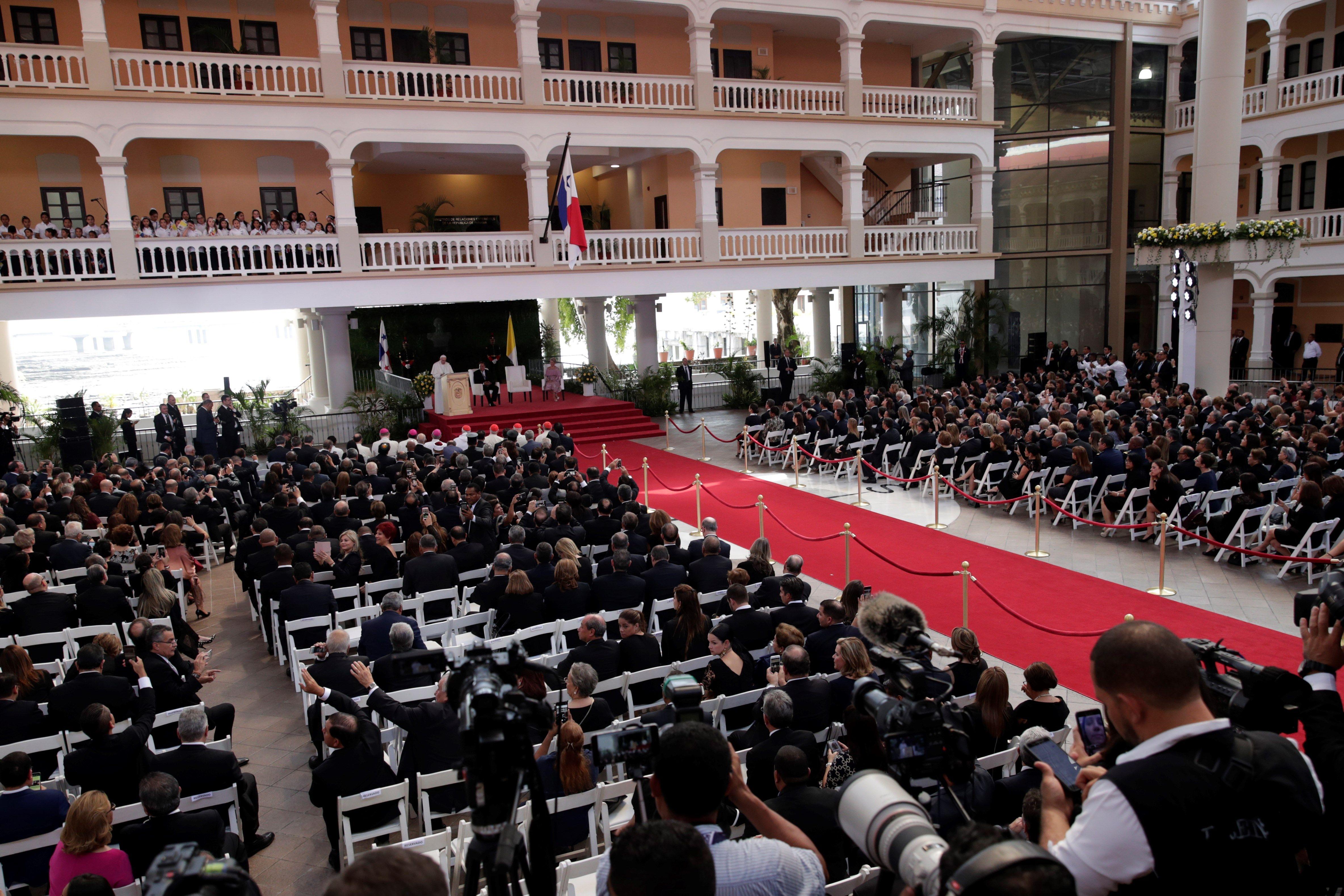 El papa Francisco pronuncia su discurso a los obispos de Centroamérica en la iglesia de San Francisco de Asís. (Foto Prensa Libre: EFE)
