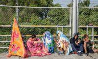 MEX055. CIUDAD HIDALGO (MÉXICO), 25/01/2019.- Integrantes de la caravana migrante de hondureños permanecen este viernes en ciudad Hidalgo, en el estado de Chiapas (México). El gobierno de México criticó la unilateral medida de Estados Unidos de devolver a los solicitantes de asilo, aunque expresó su respeto a los derechos humanos de los migrantes, cuyo ingreso se espera de comienzo en las próximas horas. EFE/Luis Villalobos