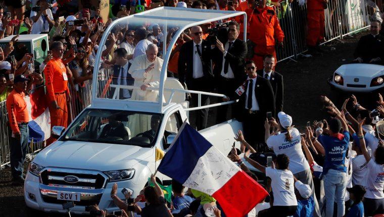 El papa Francisco saluda este domingo a su llegada para oficiar la misa de cierre de la Jornada Mundial de la Juventud (JMJ), en Ciudad de Panamá (Panamá). (Foto Prensa Libre: EFE)