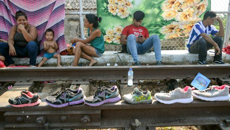 Migrantes hondureños esperan su salida rumbo a Estados Unidos, este lunes sobre el puente Rodolfo Robles que cruza el Río Suchiate. (Foto Prensa Libre. EFE)