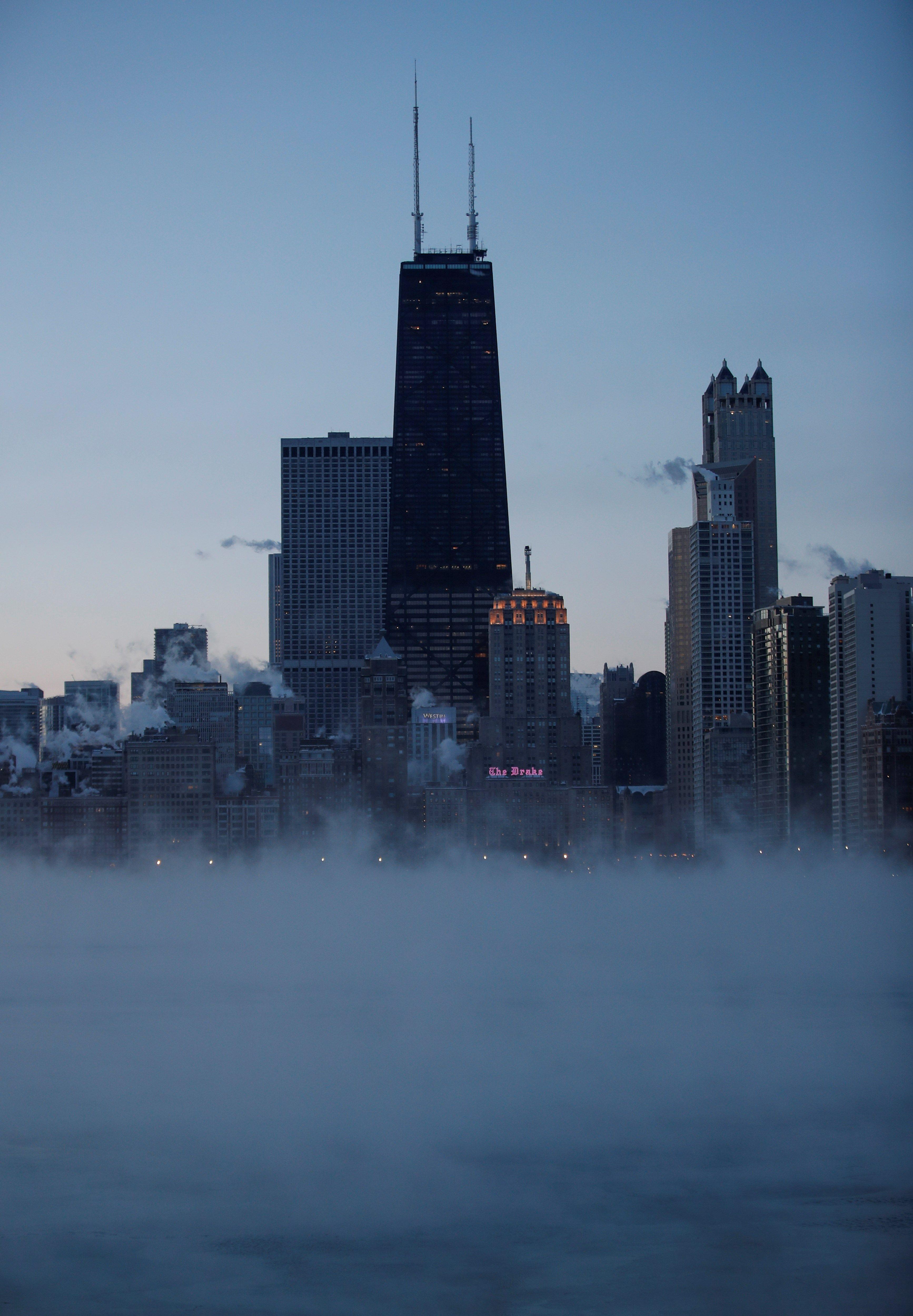 KSK01. CHICAGO (ESTADOS UNIDOS), 30/01/2019.- El vapor se eleva por contraste de temperaturas al amanecer de este miércoles en el lago Michigan en Chicago, Illinois, Estados Unidos. Un vórtice polar hará que se desplomen las temperaturas bajo cero en el medio oeste del país. EFE/ Kamil Krzaczynski