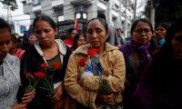 GU4001. CIUDAD DE GUATEMALA (GUATEMALA), 31/01/2019.- Familiares de las víctimas de la quema de la embajada de España en Guatemala observan a una guía espiritual maya durante una ceremonia este jueves por las 37 víctimas, entre ellos el padre de la premio nobel de la paz Rigoberta Menchú, en la antigua sede en la Ciudad de Guatemala. Con una ceremonia maya, en homenaje a las 37 víctimas que perdieron la vida hace 39 años en la quema de la embajada de España en Guatemala, decenas de familiares y amigos de los muertos recordaron a los suyos exigiendo memoria y justicia. EFE/Esteban Biba