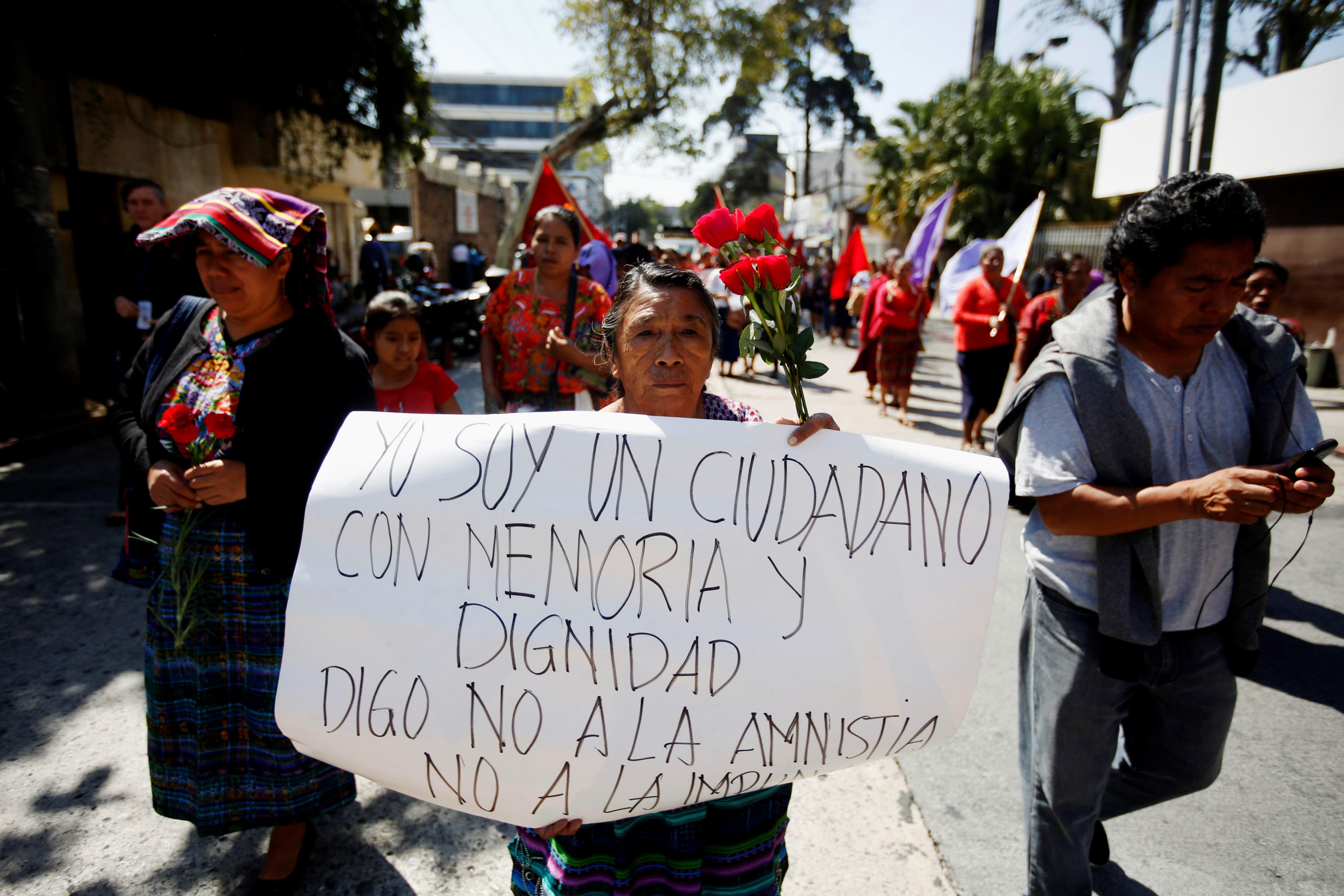 Grupos de víctimas de  crímenes  durante el conflicto armado protestaron contra la reforma legal que busca acabar con la persecución penal contra implicados en estos delitos. (Foto Prensa Libre: Hemeroteca PL)