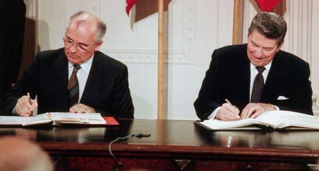 El presidente de la URSS, Mijaíl Gorbachov, y el de Estados Unidos, Ronald Reagan, firman el tratado INF el 8 de diciembre de 1987 en Washington. (GETTY IMAGES)