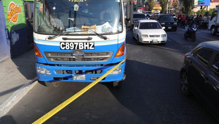Lugar del ataque contra un camión repartidor de agua pura en la calle Martí, este jueves. (Foto Prensa Libre: Estuardo Paredes).