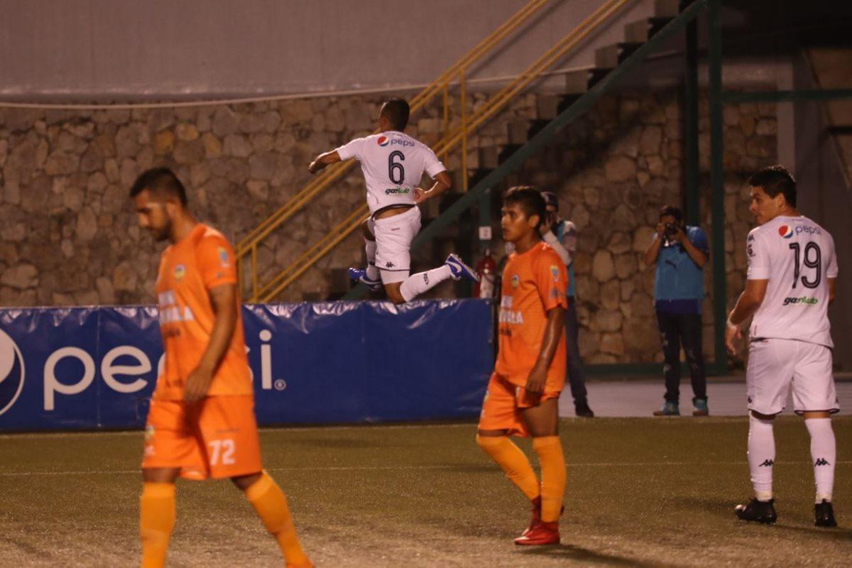 Carlos Mejía festeja el tercer gol de Comunicaciones contra Siquinalá. (Foto Prensa Libre: Esvin García).