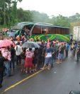 Curiosos observan el bus accidentado en el km 202 de la ruta al suroccidente en Colomba. (Foto Prensa Libre: Jorge Tizol).