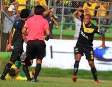 Los jugadores y aficionados de Petapa mostraron su frustración por el resultado. (Foto Prensa Libre: Carlos Vicente)