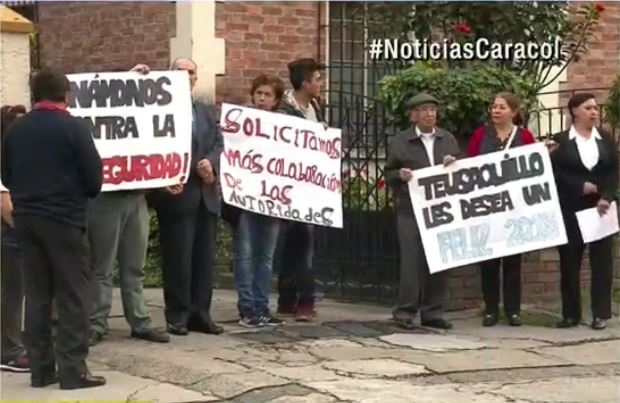 Vecinos protestan contra el robo de viviendas en Teusaquillo, Bogotá. (Foto Prensa Libre: Noticias Caracol).