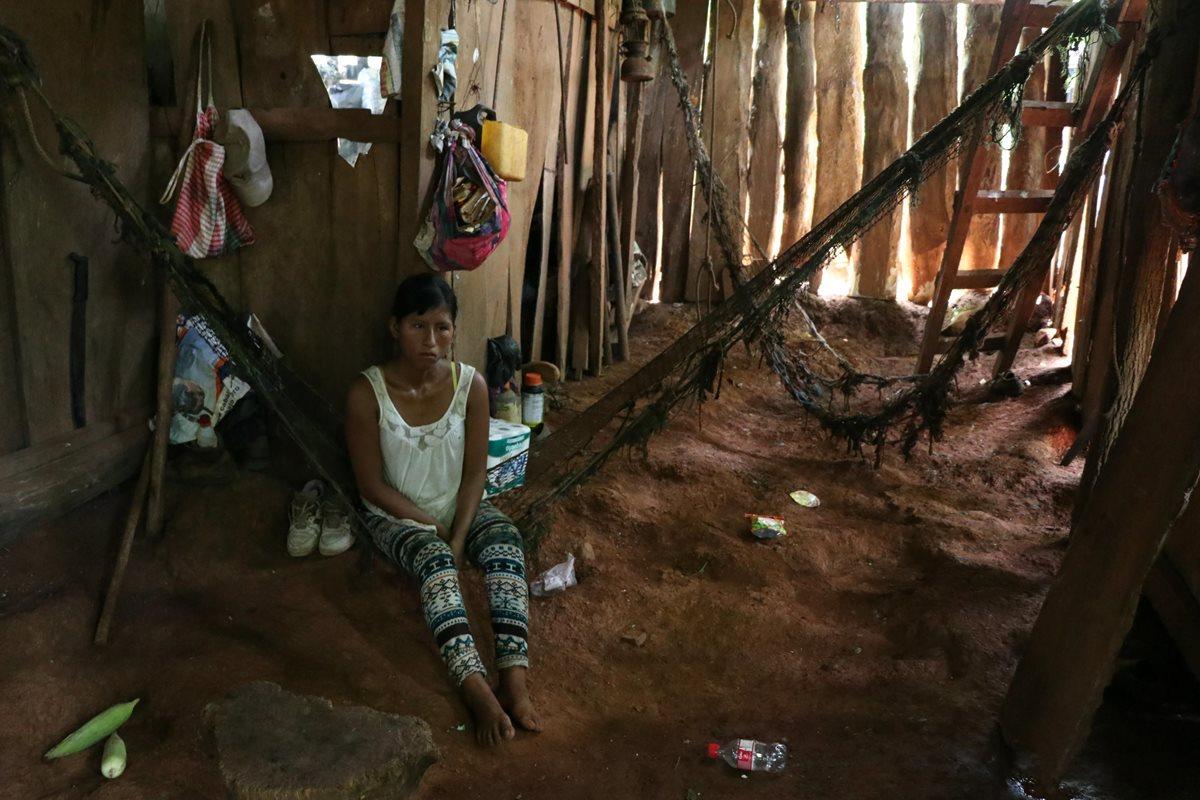 Vecinos apoyan a familia de escasos recursos en Taxisco
