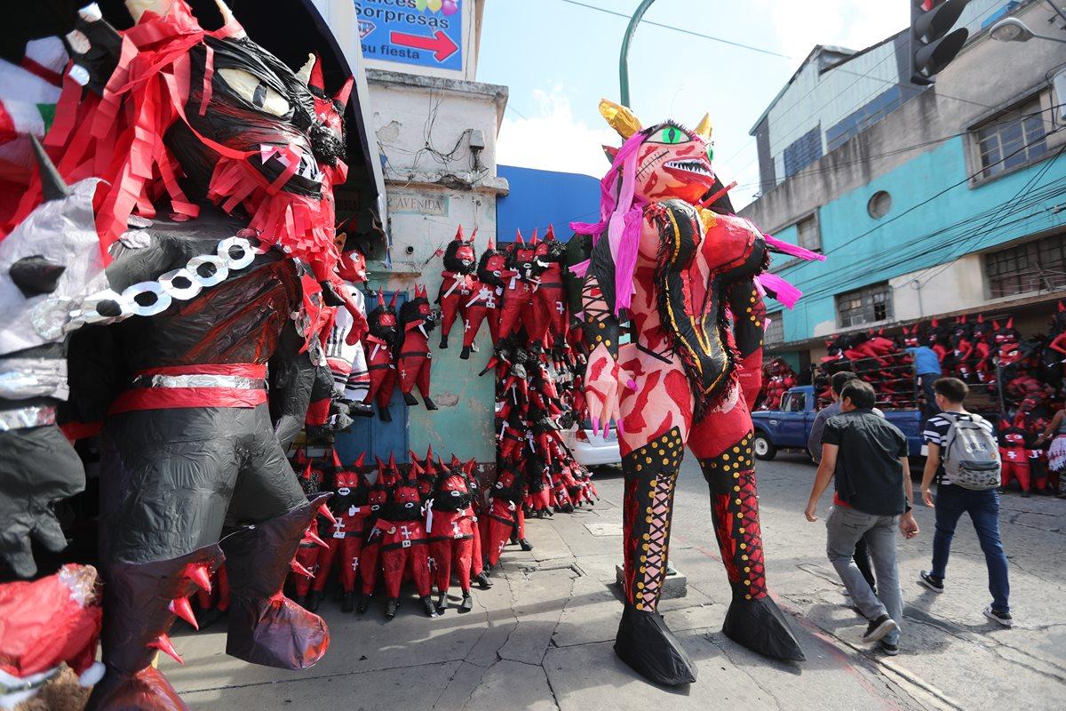 Las piñas gigantes de diablos son bien cotizadas en la zona 1 de la capital. (Foto Prensa Libre: Érick Ávila)