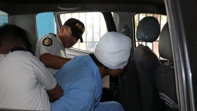 José Antonio Chel Ceto es trasladado hacia el Hospital Regional de Quiché bajo custodia de agentes de la Policía Nacional Civil. (Foto Prensa Libre: Héctor Cordero).