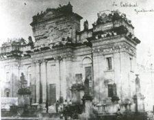 La Catedral con los campanarios destruidos. (Foto Prensa Libre: Marshall H. Saville).