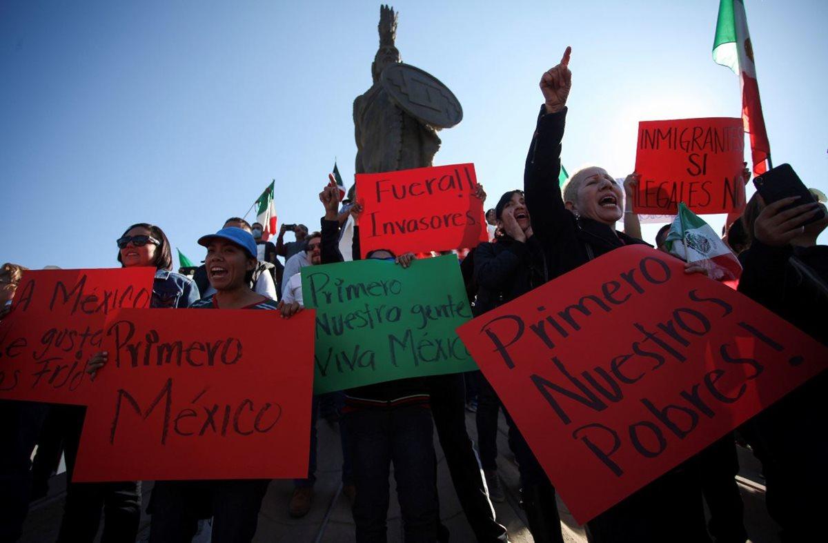 Residentes de Tijuana, México, protestan en contra de migrantes centroamericanos. (Foto Prensa Libre: EFE)