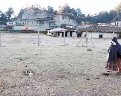 Campos en Xela amanecieron con escarcha, debido a la temperatura bajo cero. (Foto Prensa Libre: Carlos Ventura)