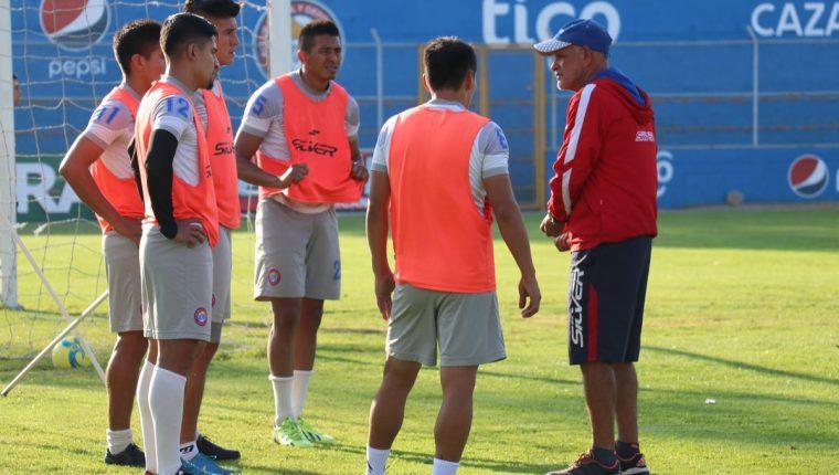 El técnico Wálter Claverí conversa con sus jugadores, durante un entrenamiento en el Mario Camposeco. (Foto Prensa Libre: Raúl Juárez)