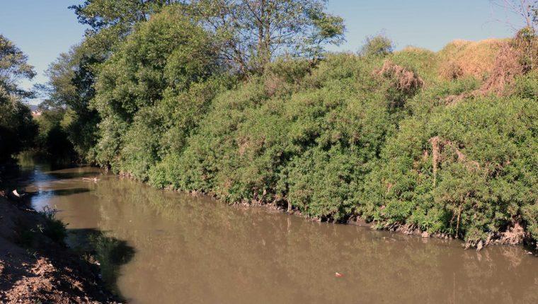 El río Samalá pasa atrás de la tintorería del alcalde Juan Xum Viciente, y esta desfoga agua contaminada con tintes. (Foto Prensa Libre: Carlos Ventura)
