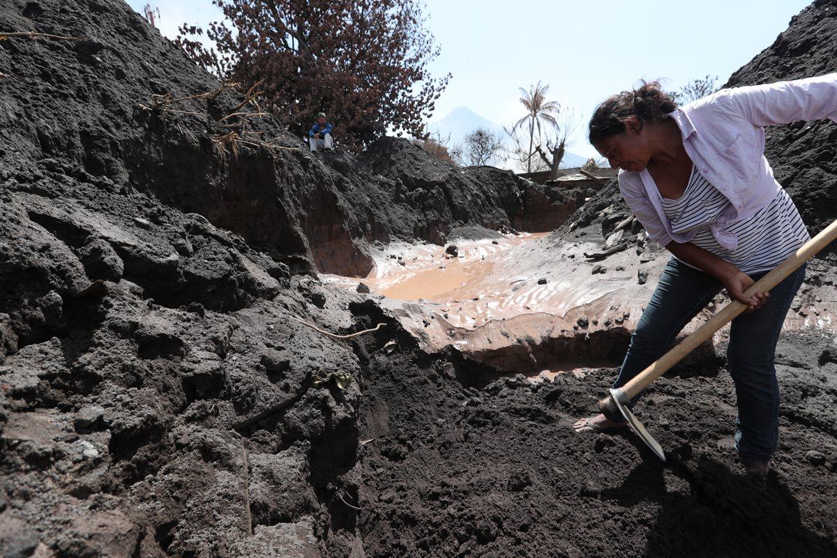 Familiares siguen en Los Lotes buscando a las víctimas de la erupción