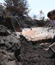 Los sobrevivientes de San Miguel Los Lotes no suspenden la búsqueda de los cuerpos de sus familiares entre las cenizas. (Foto Prensa Libre: Estuardo Paredes)