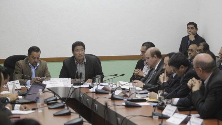 El superintendente de Bancos, José Alejandro Arévalo, explica a diputados los datos más recientes encontrados por la Intendencia de Verificación Especial. (Foto Prensa Libre: Edwin Bercián)