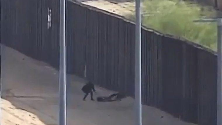 Una cámara fronteriza capta el momento en que las adolescentes guatemaltecas caen. (Captura de YouTube)