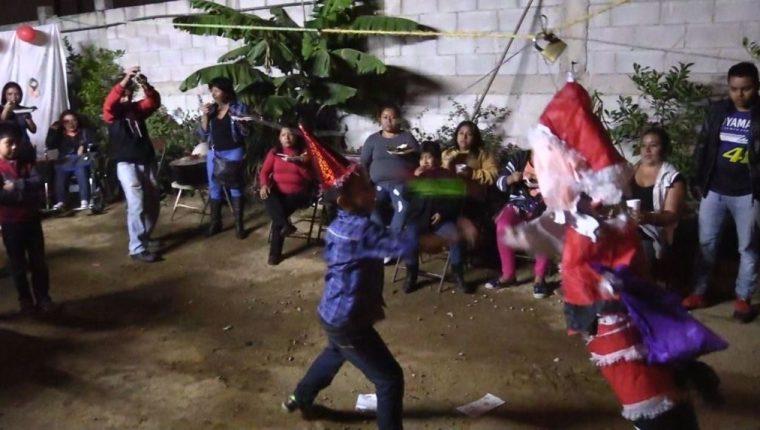 Niños de la colonia La Libertad, en la zona 13 capitalina, participan en la posada navideña. (Foto Prensa Libre: Álvaro González)