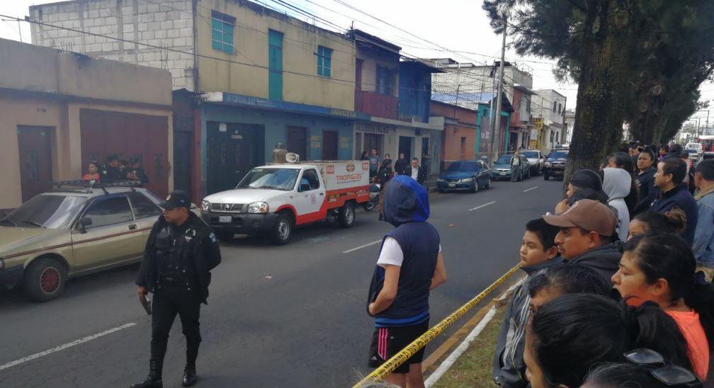 Policía resguarda la escena donde quedó el cadáver de expendedor de gas dentro del vehículo. (Foto Prensa Libre: Érick Ávila)