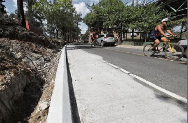 La comuna capitalina amplía un kilómetro del carril auxiliar del Anillo Periférico, zona 7, de sur a norte, desde el puente de Villa Linda hasta la colonia 4 de Febrero. (Foto Prensa Libre: Érick Ávila)