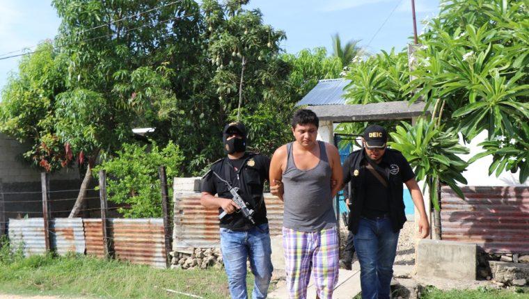 Agentes detienen Darwin Teletor Upún, en su vivienda, en el barrio Valle Nuevo, San Benito, Petén, y se le decomisó un revólver y 20 municiones. (Foto Prensa Libre: Rigoberto Escobar)