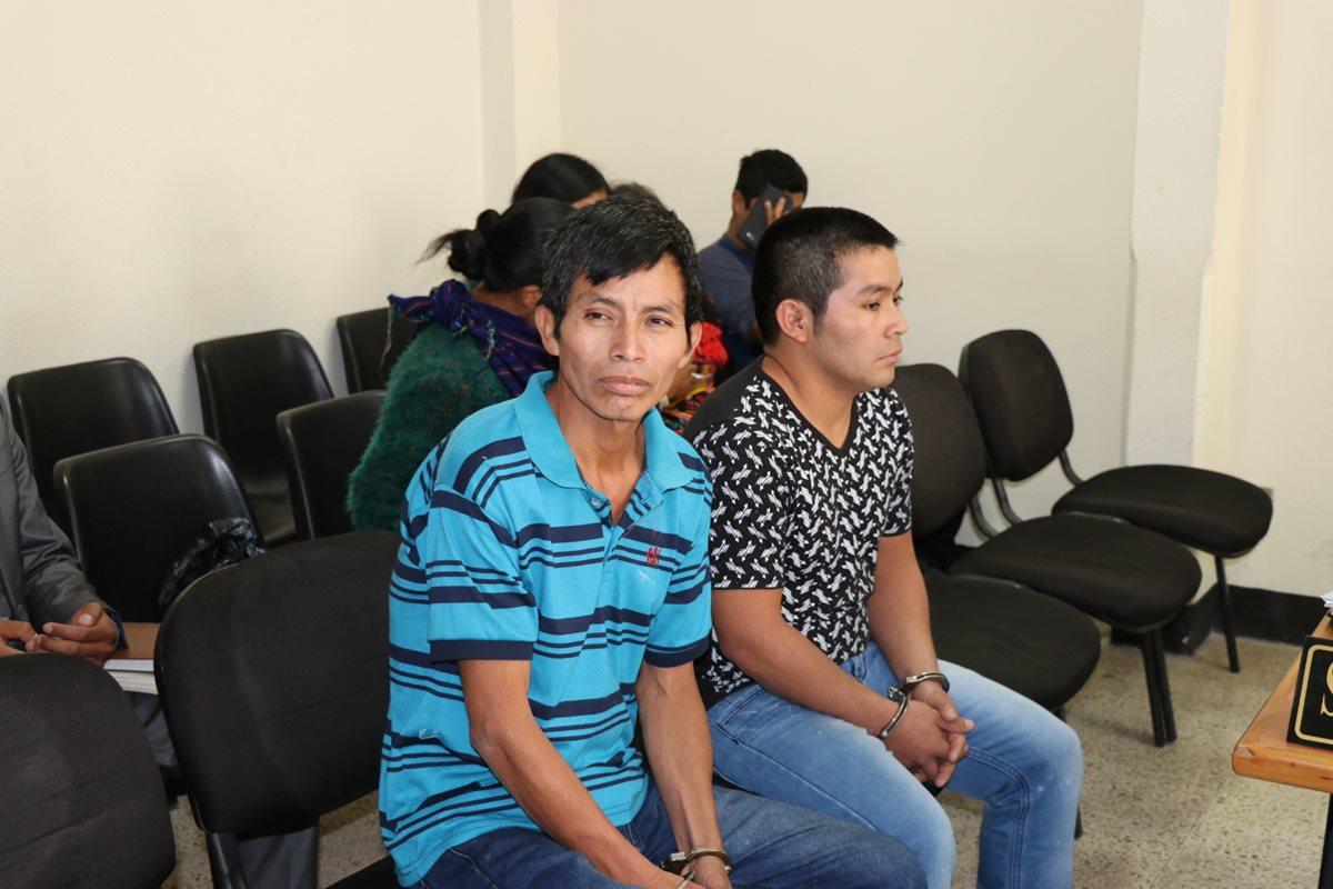 Los dos sindicados de la muerte de un pastor evangélico, durante la audiencia en Santa Cruz del Quiché. (Foto Prensa Libre: Héctor Cordero).