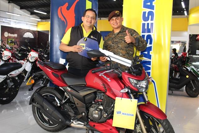 Masesa entrega moto a Gelbert Albertino Vásquez