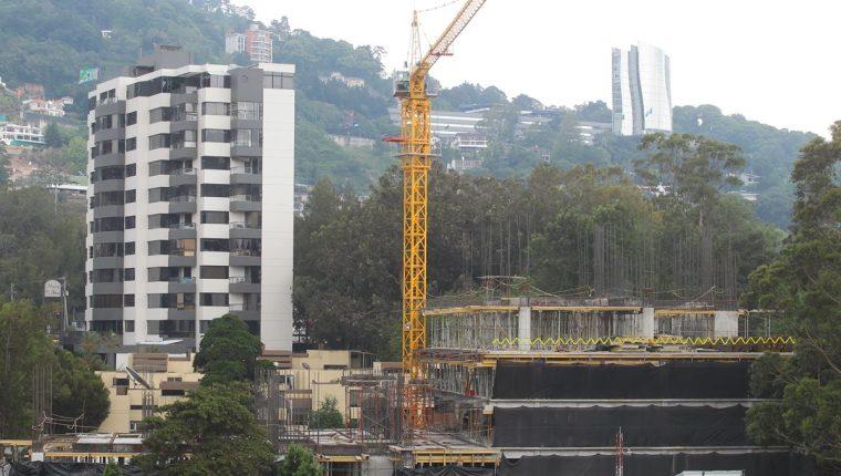 Una grúa (amarillo) coloca materiales para la construcción del nuevo edificio en la zona 15. (Foto Prensa Libre: Álvaro Interiano)