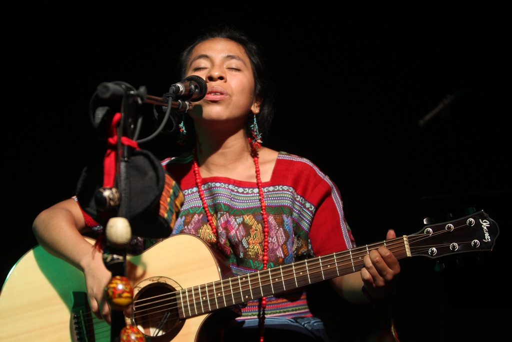Sara Curruchich cautiva con su música y energía en la clausura de Aves raras