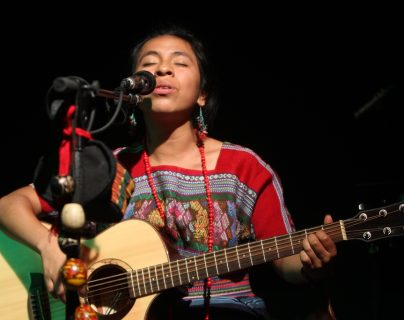 La cantante guatemalteca Sara Curruchich finalizó su gira Matyox K'aslem. (Foto Prensa Libre: Keneth Cruz)