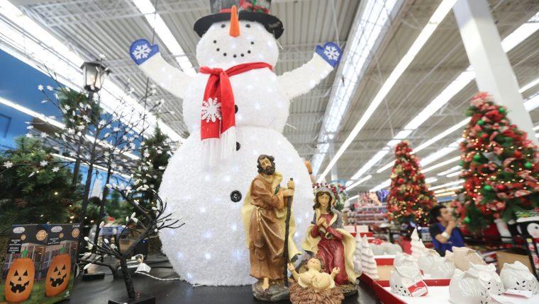 La innovación y diseños atraen a los clientes que se preparan para adquirir productos navideños en distintos establecimientos. (Foto Prensa Libre: Érick Ávila)