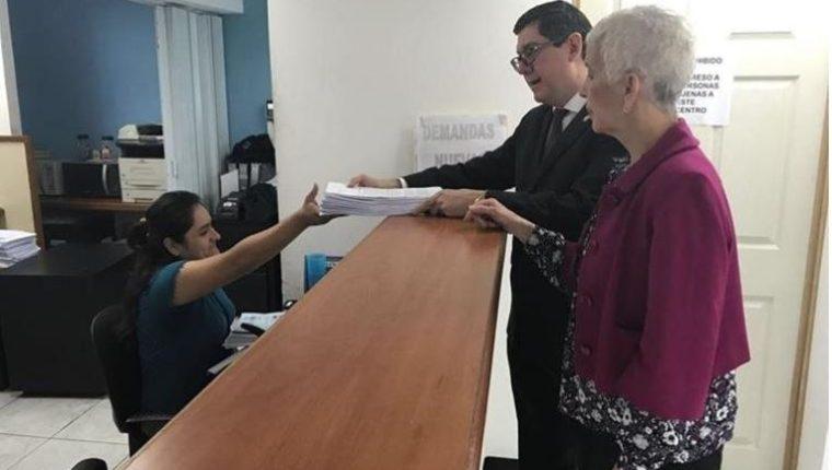 Adela de Torrebiarte presentó un amparo para exigir a CDAG que de respuesta a los estatutos. (Foto Prensa Libre).