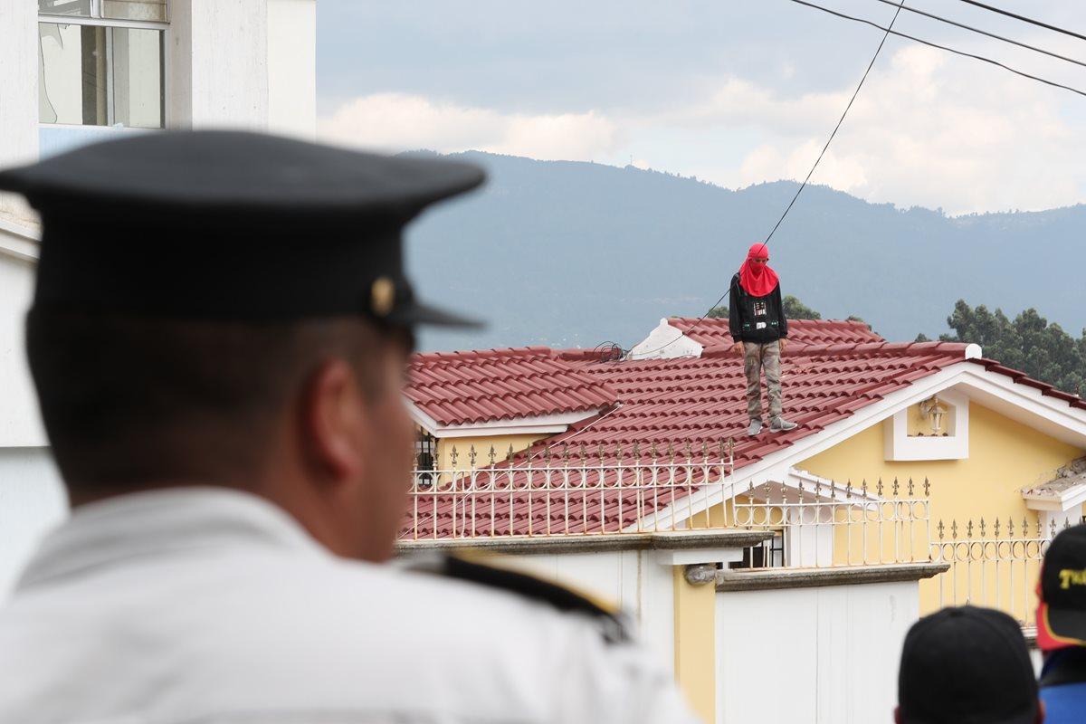 Tres adolescentes causaron destrozos en el Hogar de resguardo en la zona 9 de Quetzaltenango. (Foto Prensa Libre: Fred Rivera)